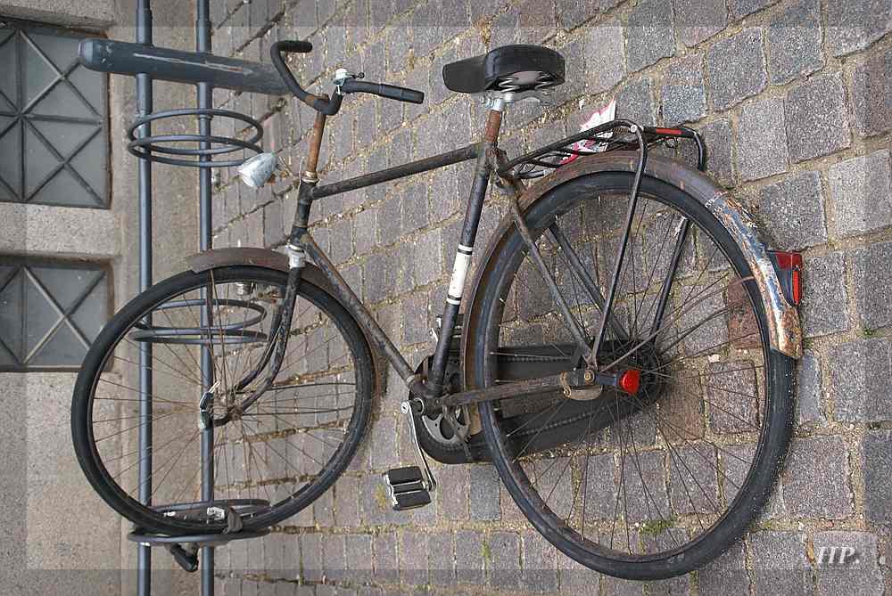 Dann häng ich mein Rad ganz einfach an den Gehsteig