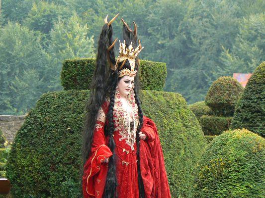 dans la cour d'un chateau en Belgique .