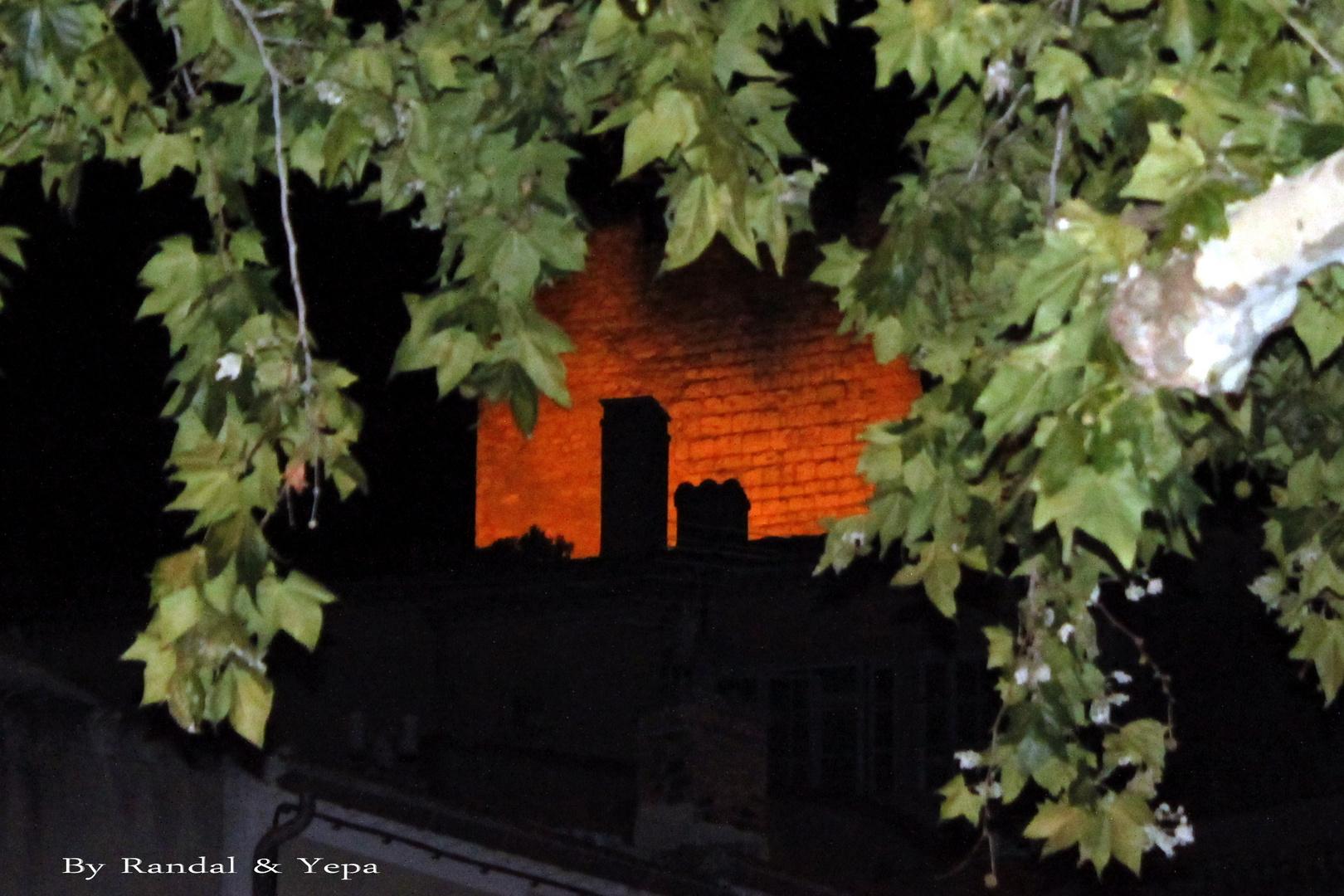 Dans la nuit à Pernes les Fontaines