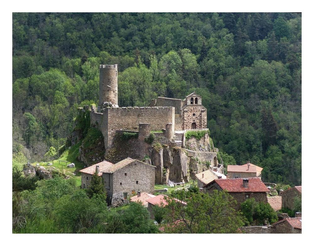 Dans un écrin de verdure.... Le chateau de Rochefort