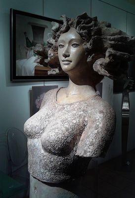 Dans une galerie