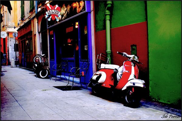 dans une rue du vieux Nice
