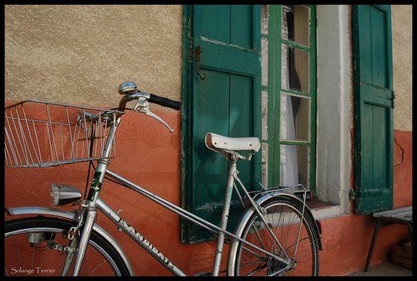 dans une rue...un vélo contre un mur