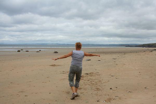 Danse seule sur la plage