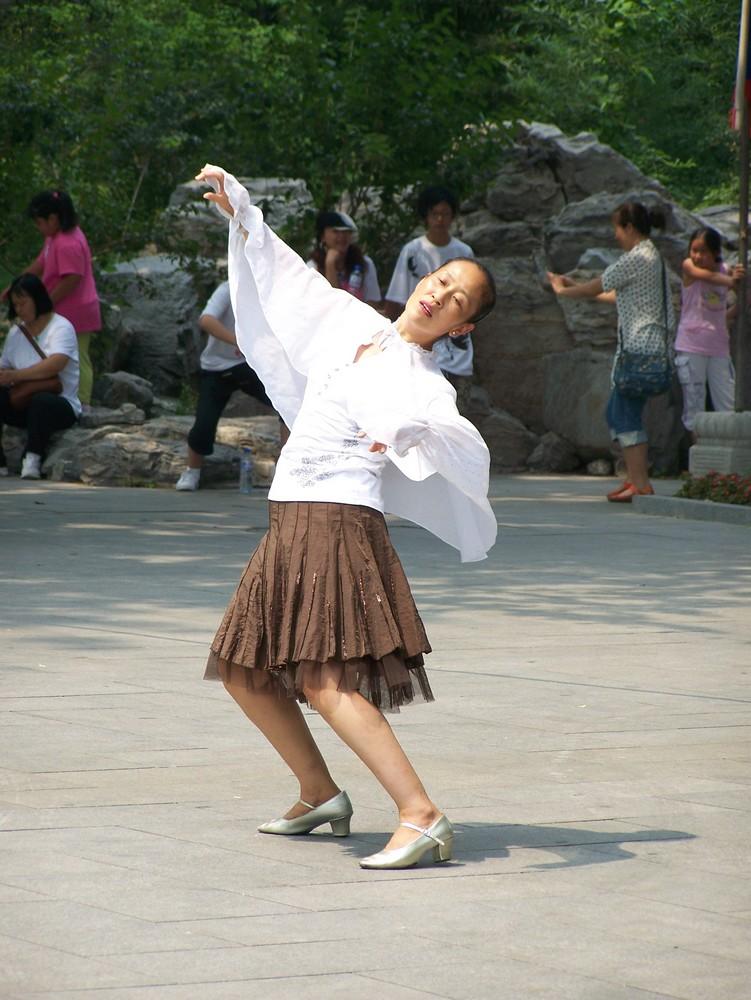 Danseuse dans un parc de Pékin