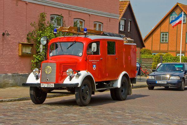 Das alte Feuerwehrauto klaut doch glatt dem 2-Sterne-SLK die Schau