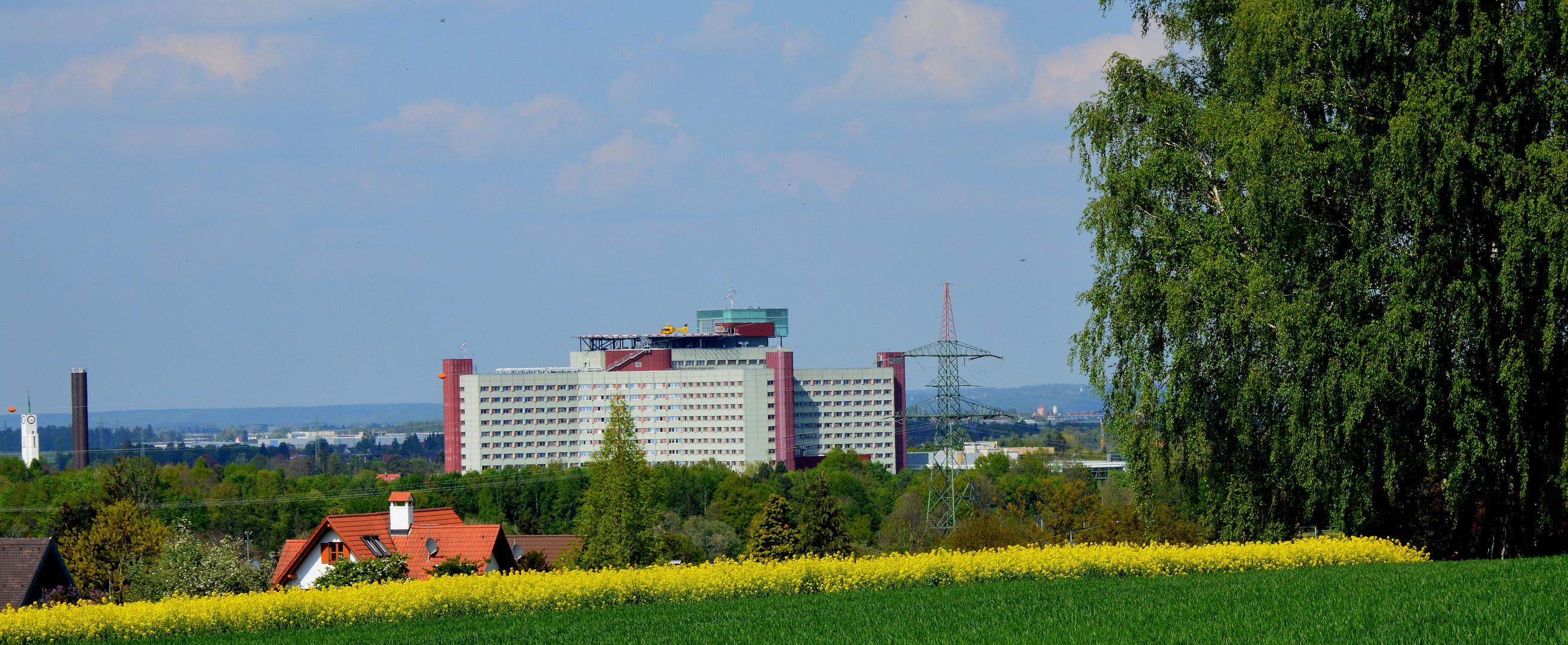 Das Augsburger Zentralklinikum mit dem Hubschrauber - Landeplatz auf dem Dach