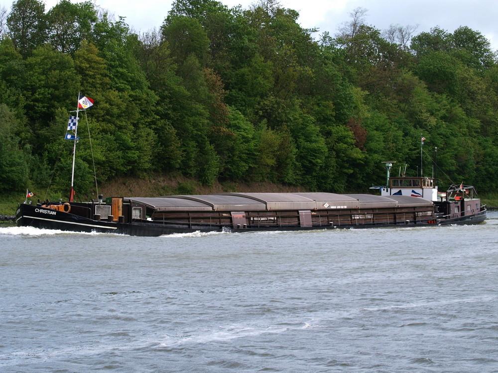 Das Binnenfrachtschiff CHRISTIAN hat verdammt wenig Freibord.
