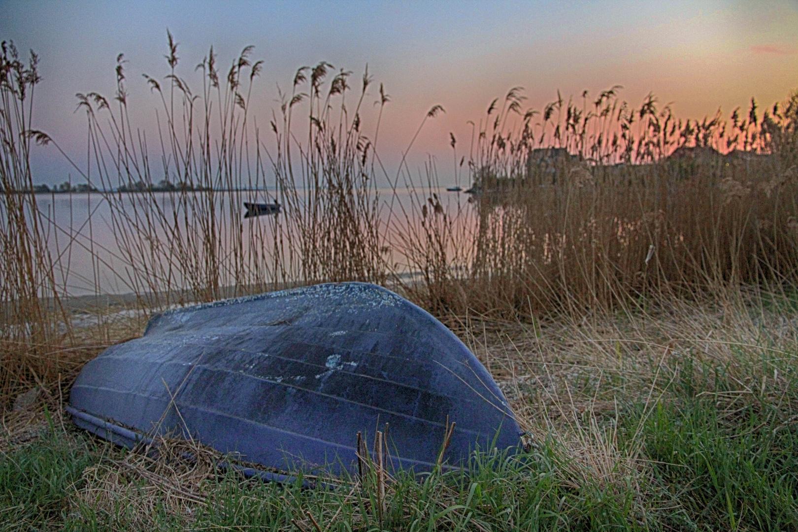 Das blaue Boot am Ufer