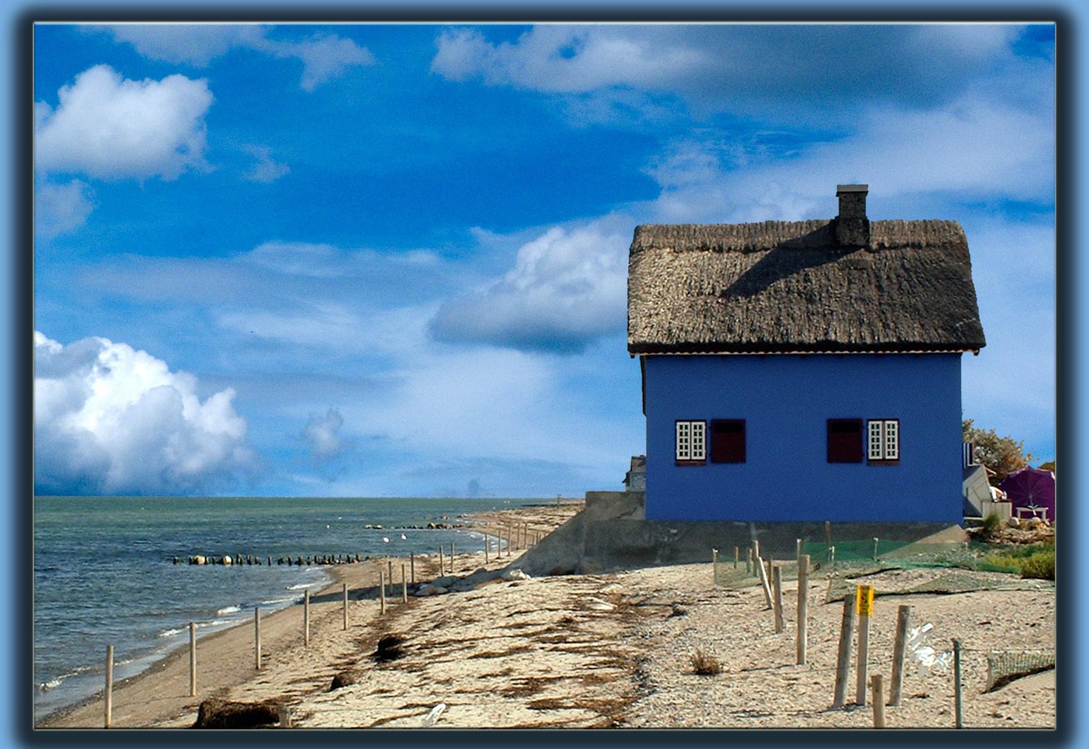 Das blaue Haus an der Ostsee Foto & Bild