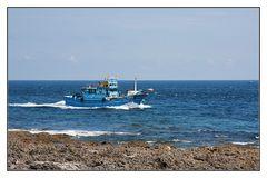 das blaue Schiff im blauen Meer