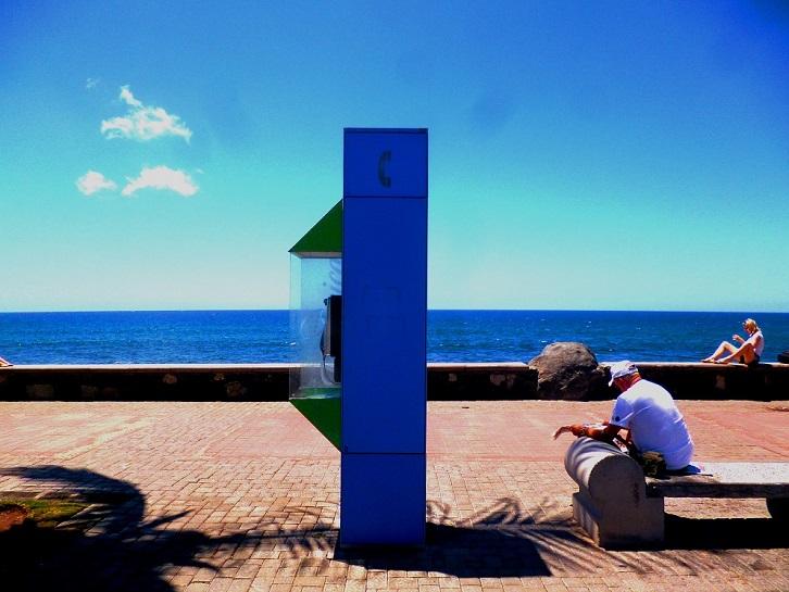 das blaue Strandtelefon, der alte Mann und die Blondine