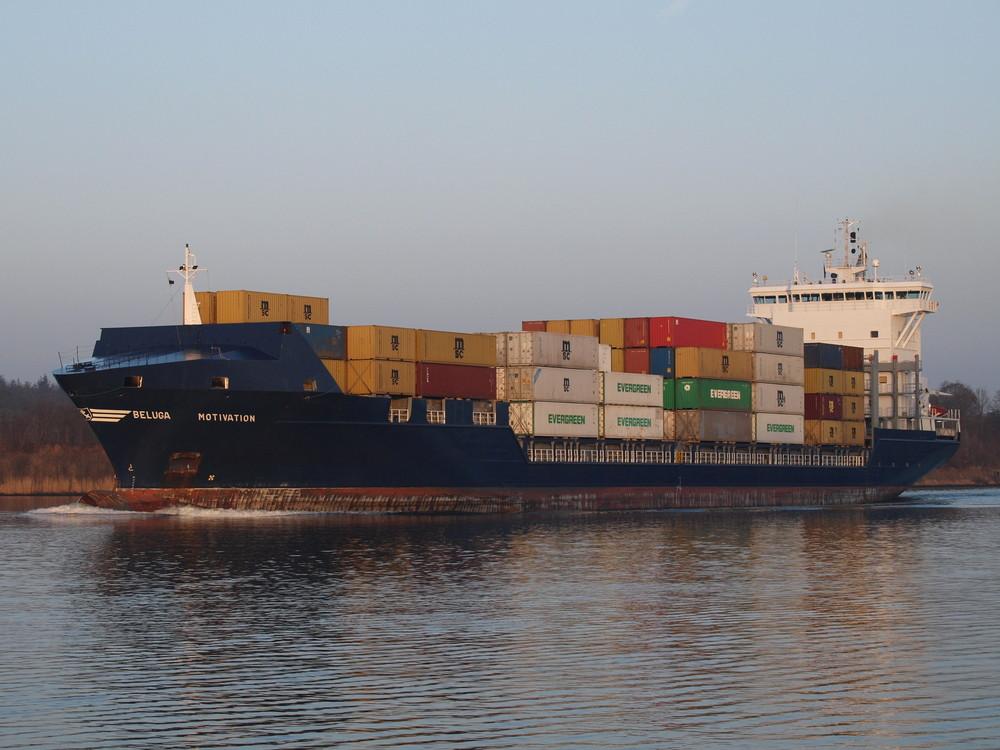 Das Containerschiff BELUGA MOTIVATION auf dem Nord-Ostsee-Kanal.
