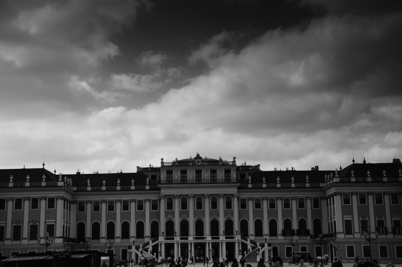 Das Dunkel über der Sommerresidenz der Habsburger