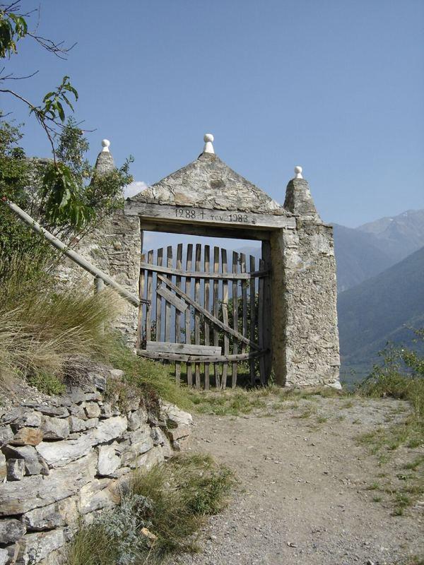 Das Eingangstor zur Kapelle über dem schönen Örtchen Kortsch