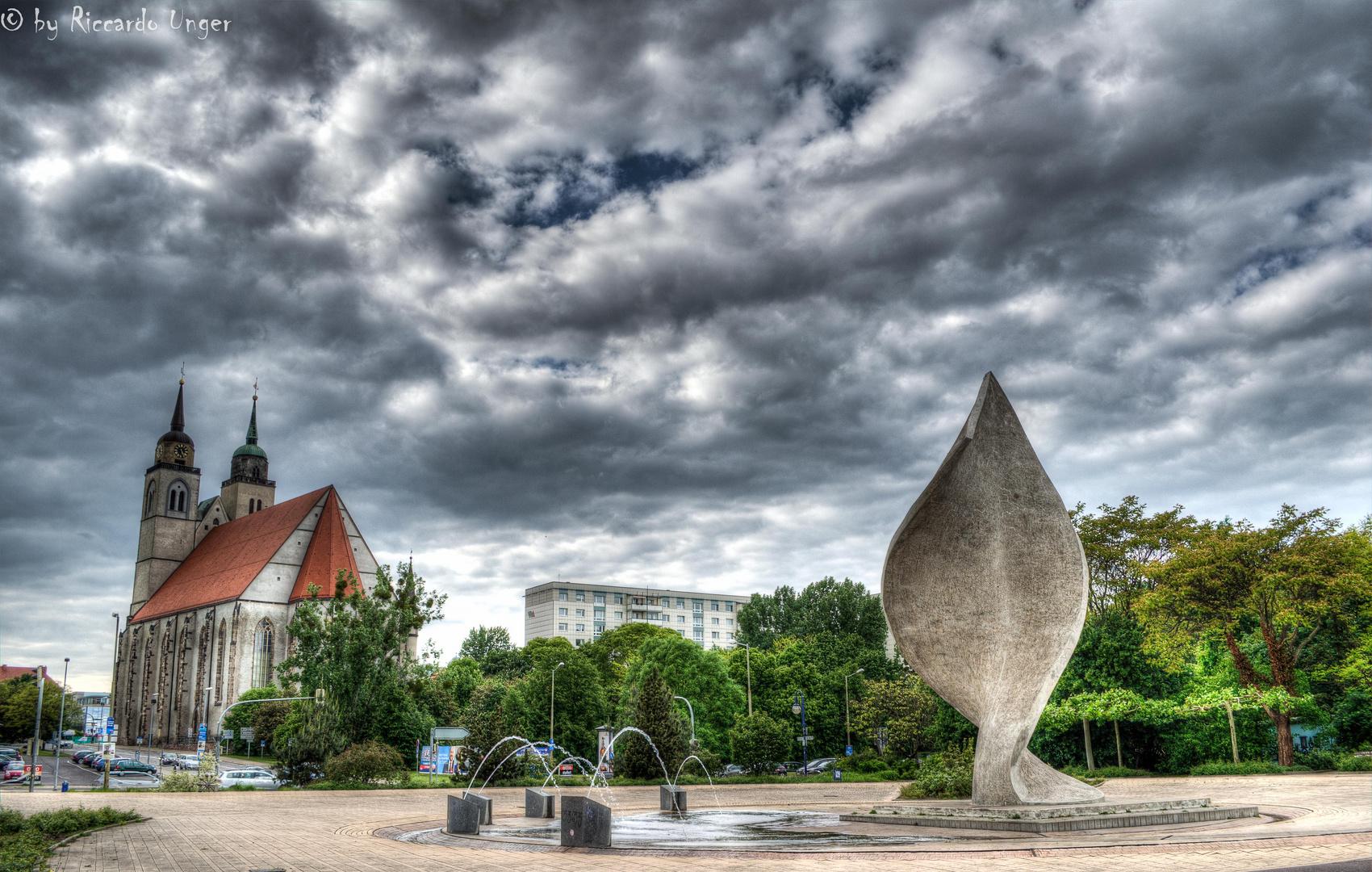 Das Fahnenmonument am Elbufer Magdeburg