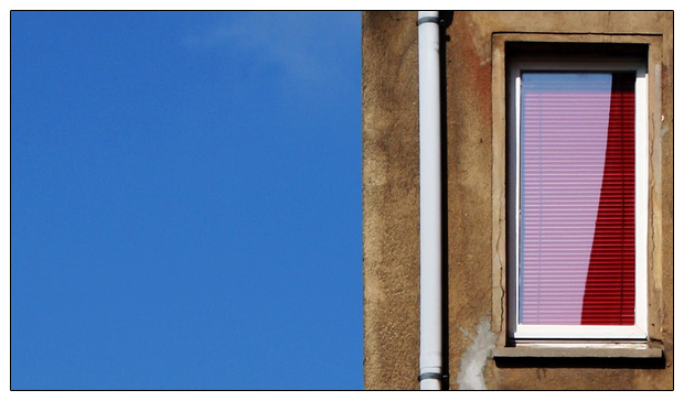 das Fenster mit der roten Jalousie