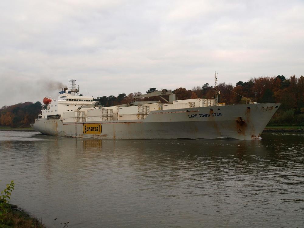 Das Frachtschiff CAPE TOWN STAR auf dem Nord-Ostsee-Kanal