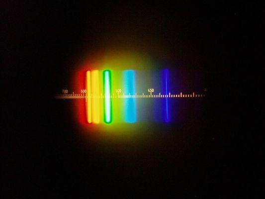 """das Frequenzspektrum einer """"Sparlampe"""" durch ein Spektroskop"""