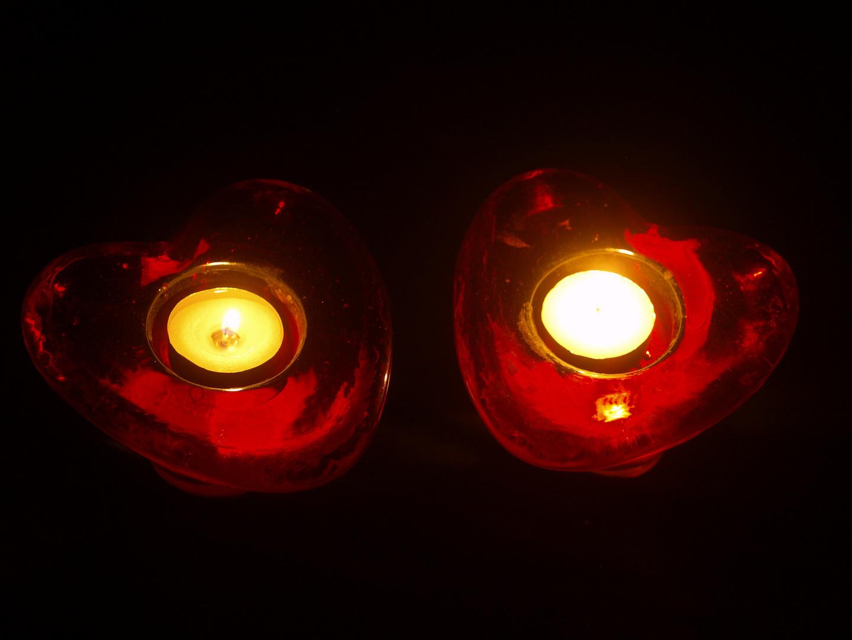Das Gesicht der brennenden Liebe in der Nacht