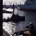 Das gleißende Licht auf dem Wasser zwischen den Schiffs- und Kransilhouetten . . .