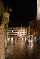 Das goldene Dachl in Innsbruck bei Nacht und Regen