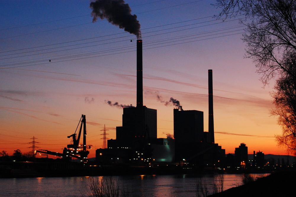 Das Großkraftwerk Mannheim, GKM bevor es Tag wird...