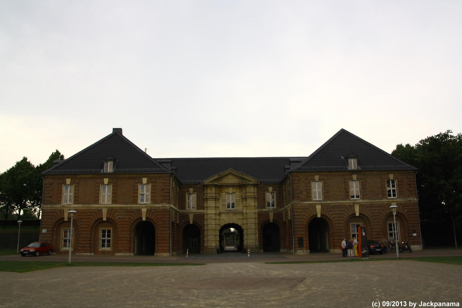 Das Haupttor der Zitadelle Wesel vom zentralen Waffenplatz aus gesehen