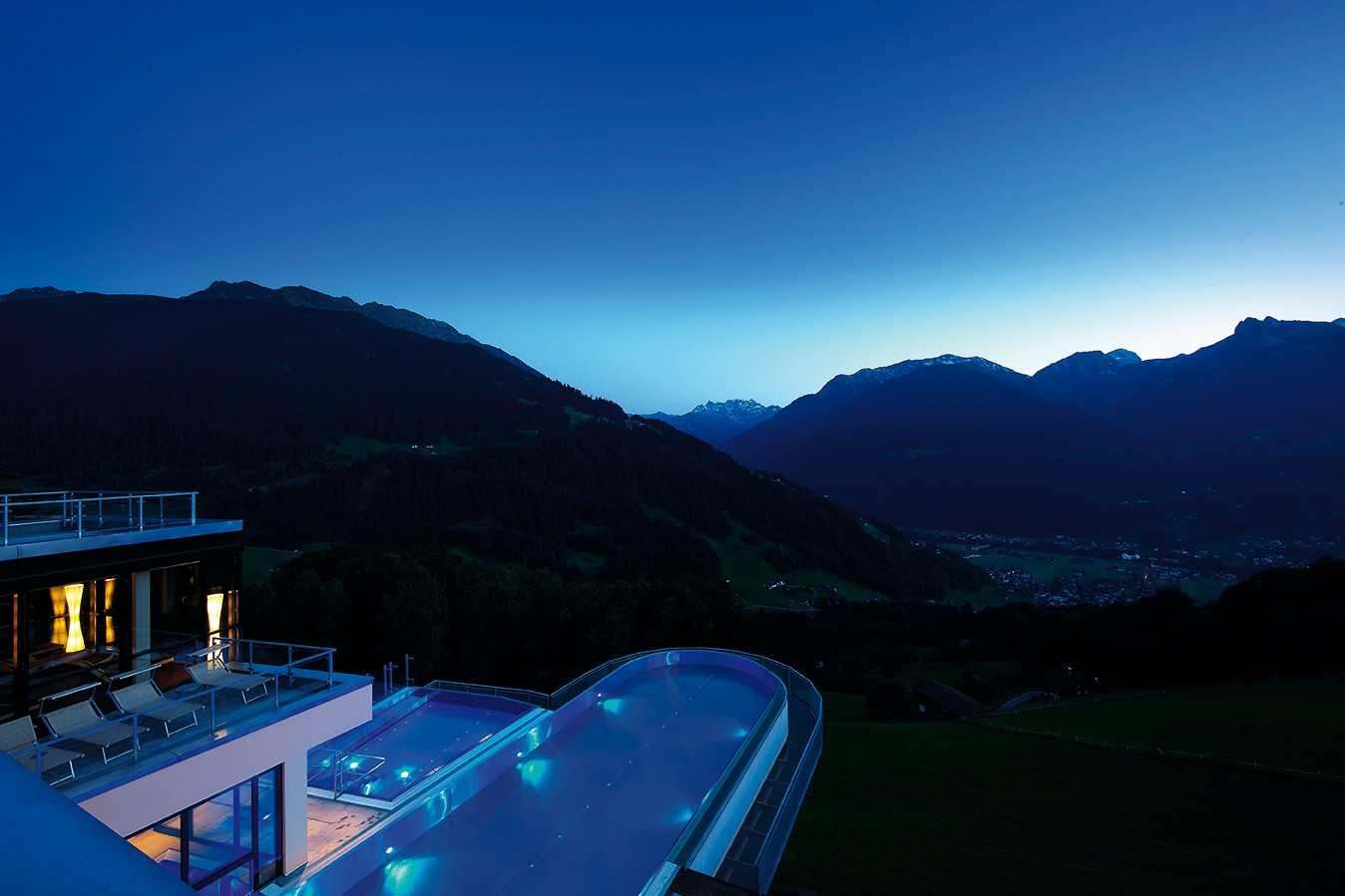 Das Hotel mit Außenbecken bei Nacht