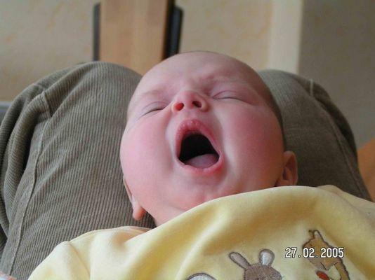 Das ist meine Tochter, gerade 3 Monate alt und mal wieder richtig müde!