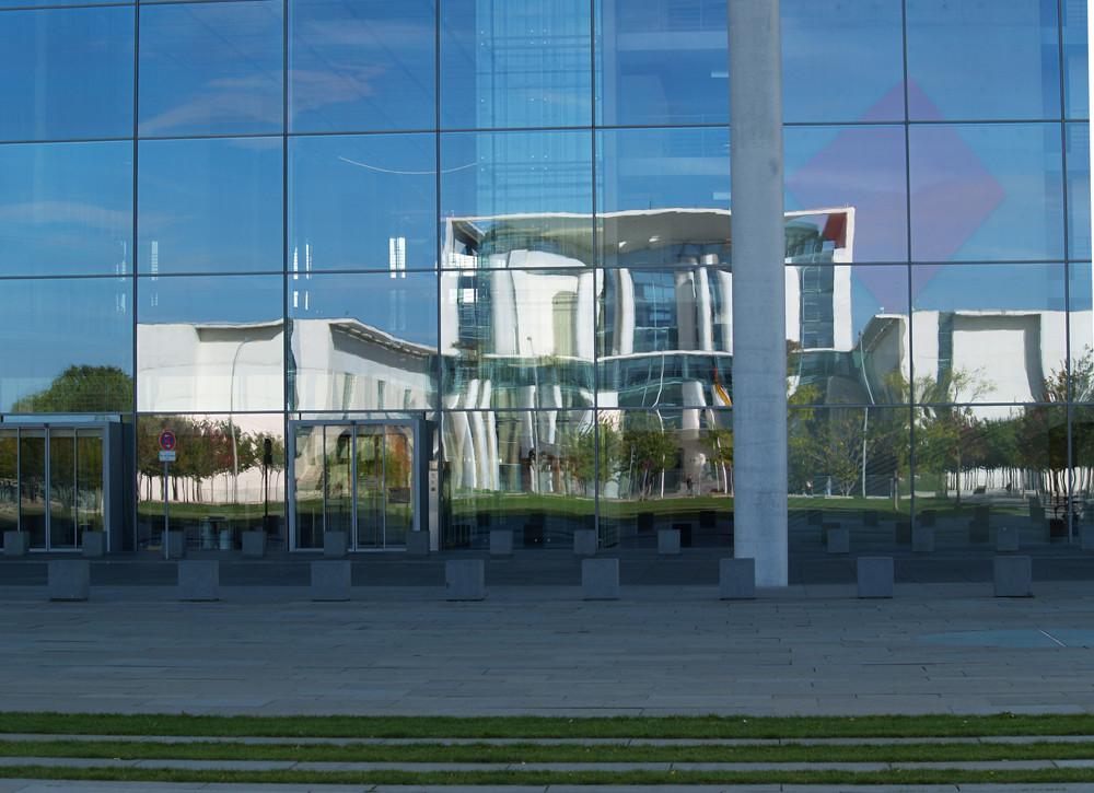 Das Kanzleramt in Berlin im Spiegel der Scheiben