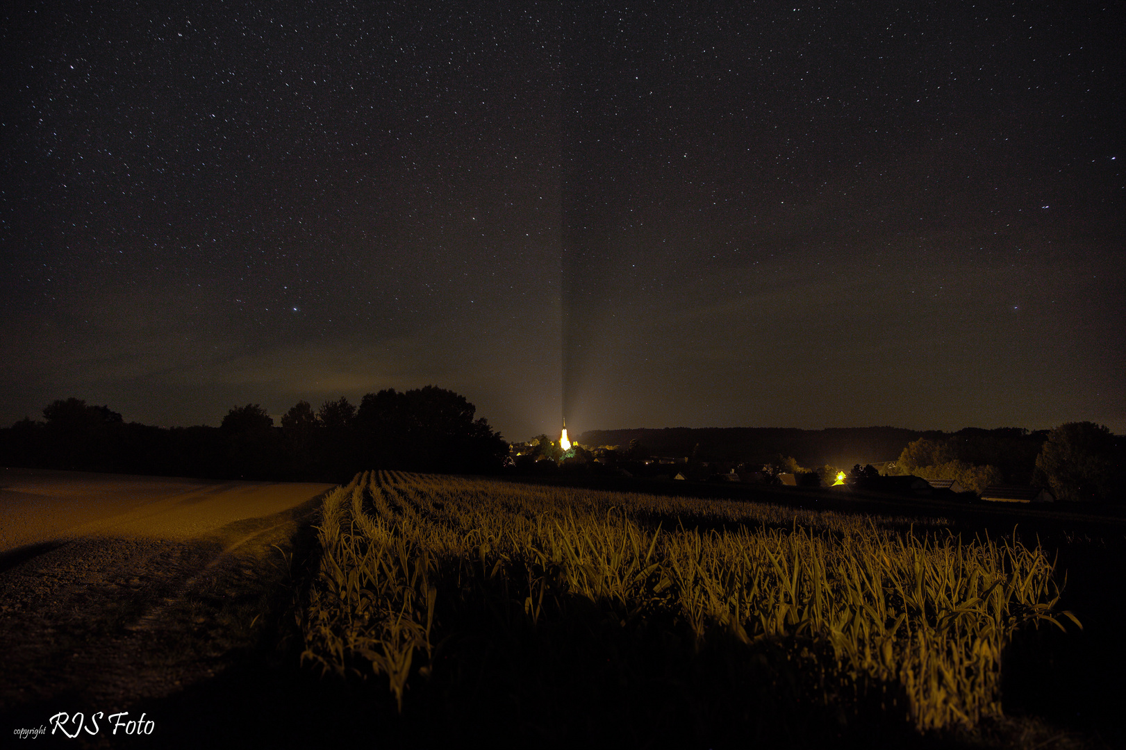Das Kirchlein von Neuhausen strahlt bei Nacht