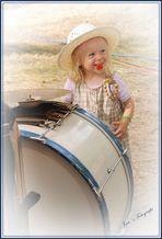 Das kleine Mädchen und die großen Trommel.