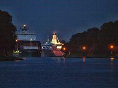 Das Kreuzfahrtschiff ASTOR und ein Frachter auf Nachtfahrt durch den Nord-Ostsee-Kanal