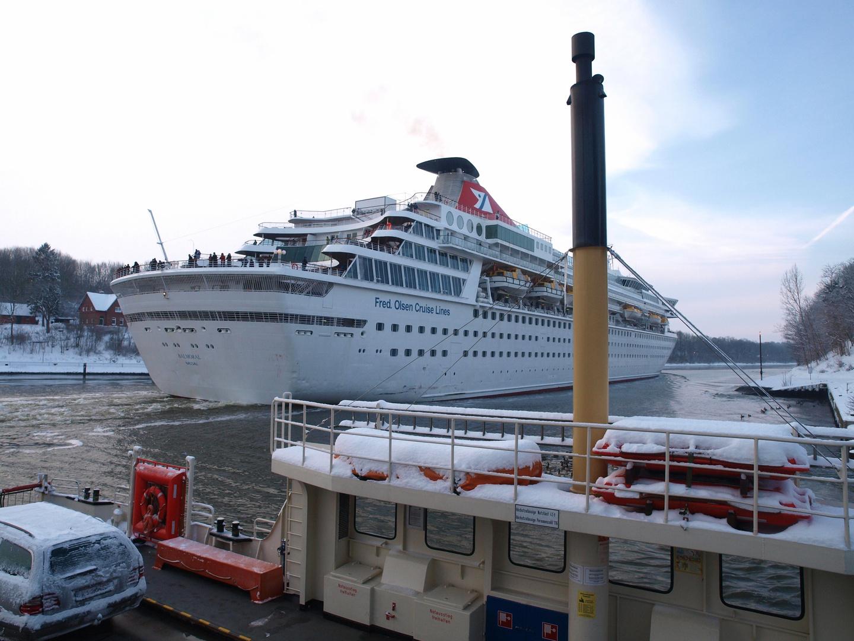 Das Kreuzfahrtschiff Balmoral ist an Landwehr vorbei ....