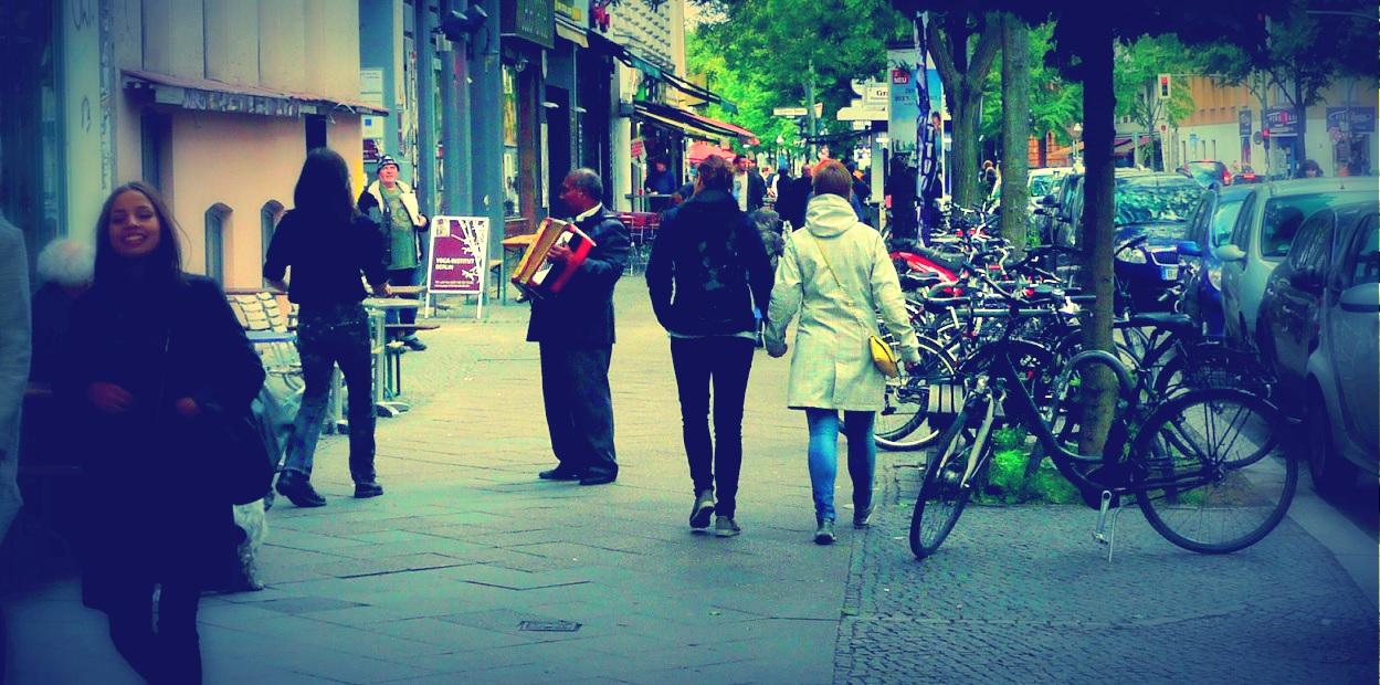 Das Lachen des Mädchens über den Straßenmusikanten
