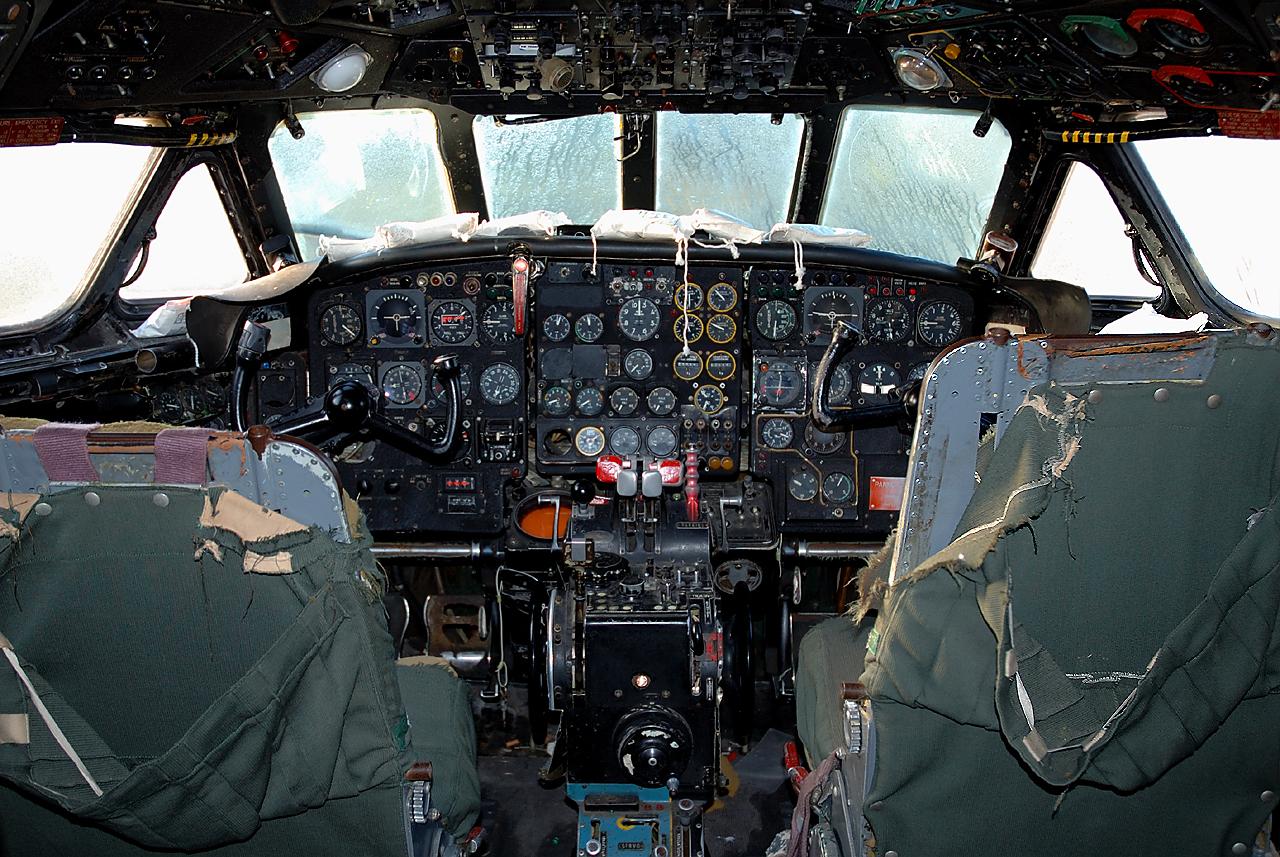 Das leicht marode Cockpit einer SE-210 Caravelle
