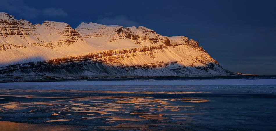 Das letzte Sonnenlicht über Breiödalsvik / Impression Workshop Island Winter 2009.