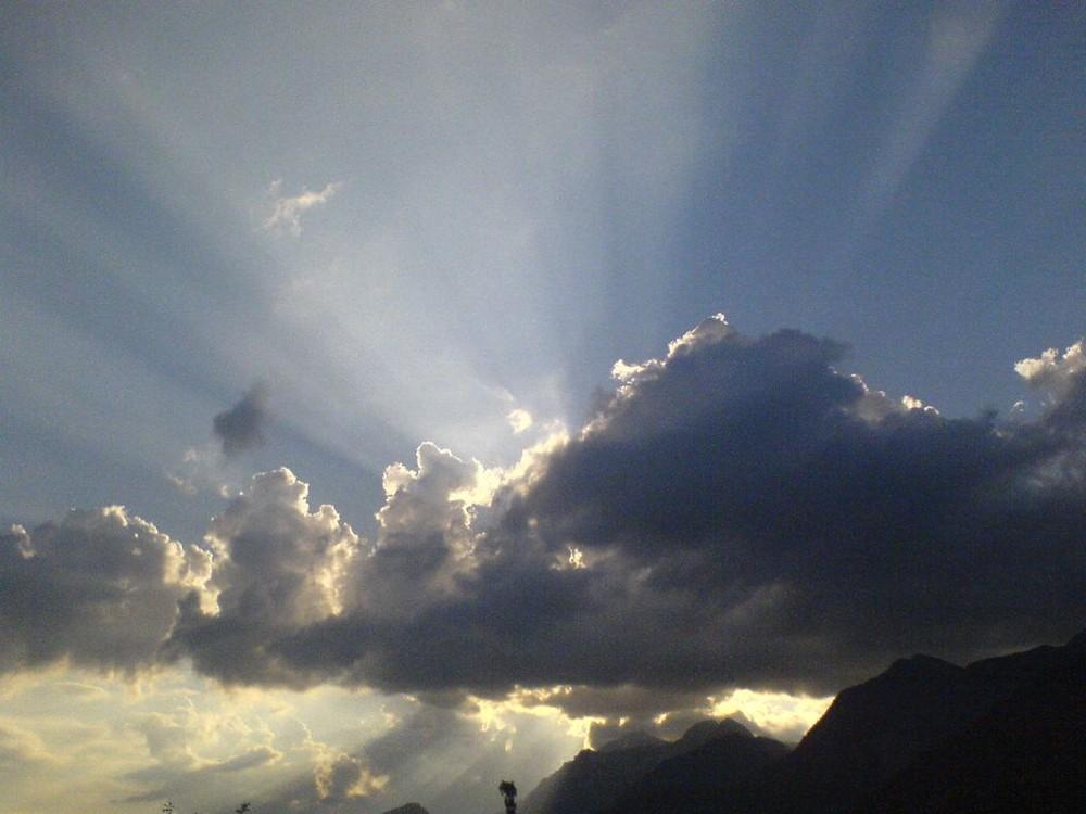 Das Licht durchdringt die Finsternis