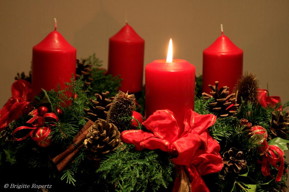 das licht einer kerze ist im advent erwacht foto bild stillleben arrangierte szenen motive