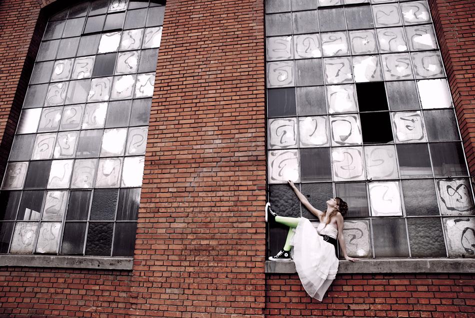 Das Mädchen am Fenster.
