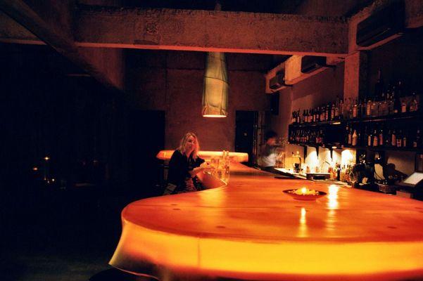 Das Mädchen an der Bar