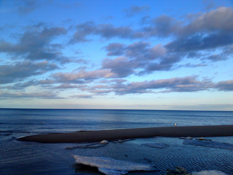 Das Meer ohne Möwe auf dem Wasser