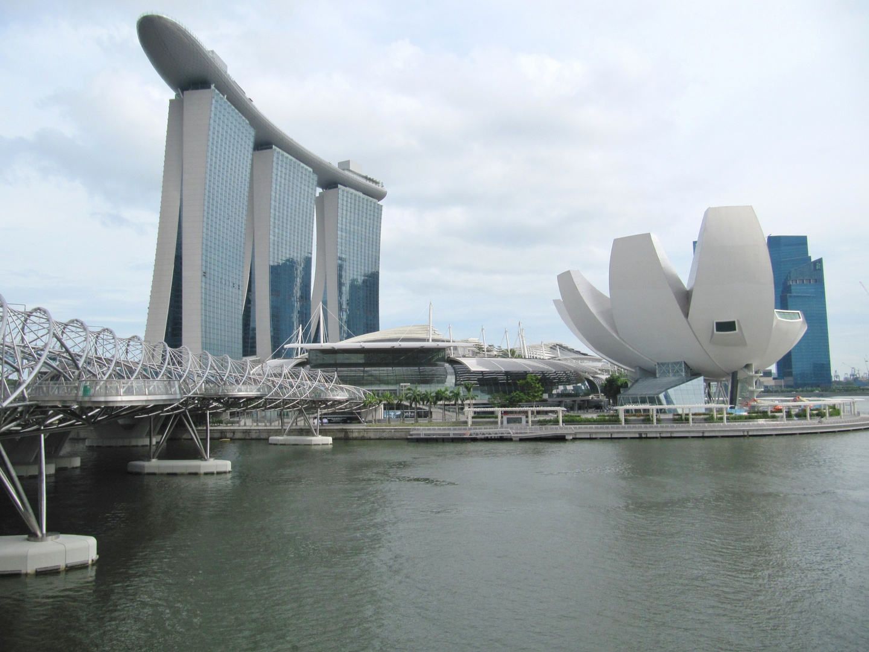 Das neue Wahrzeichen Singapurs: Das Marina Bay Sands Hotel und rechts daneben das ArtScience Museum