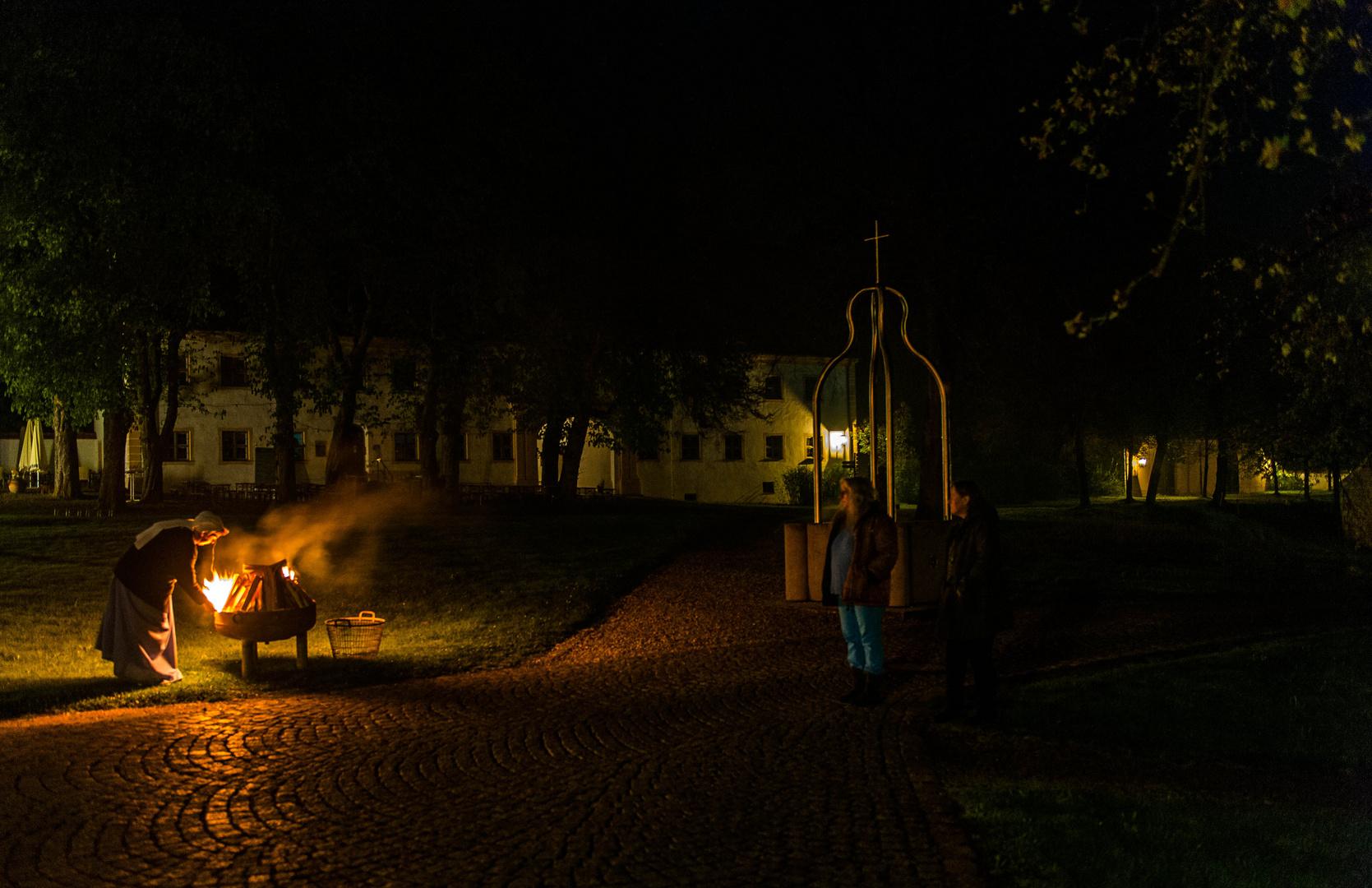 Das Osterfeuer wird entzündet - Abtei Oberschönenfeld