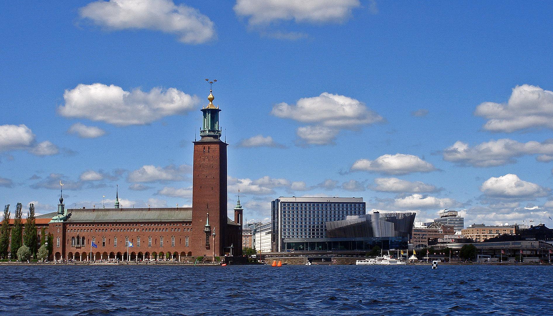 Das Rathaus von Stockholm mit den Tre Kronor auf seiner Turmspitze