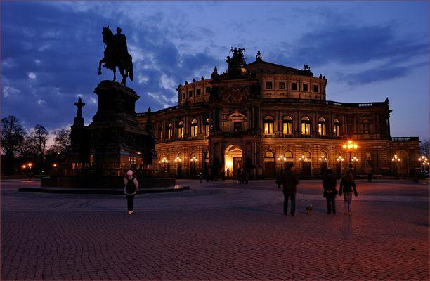 Das Reiterdenkmal auf dem Theaterplatz vor der Semperoper stellt König Johann von Sachsen dar.