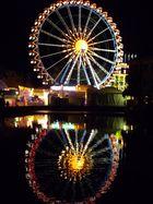 Das Riesenrad spiegelt sich im großen Teich