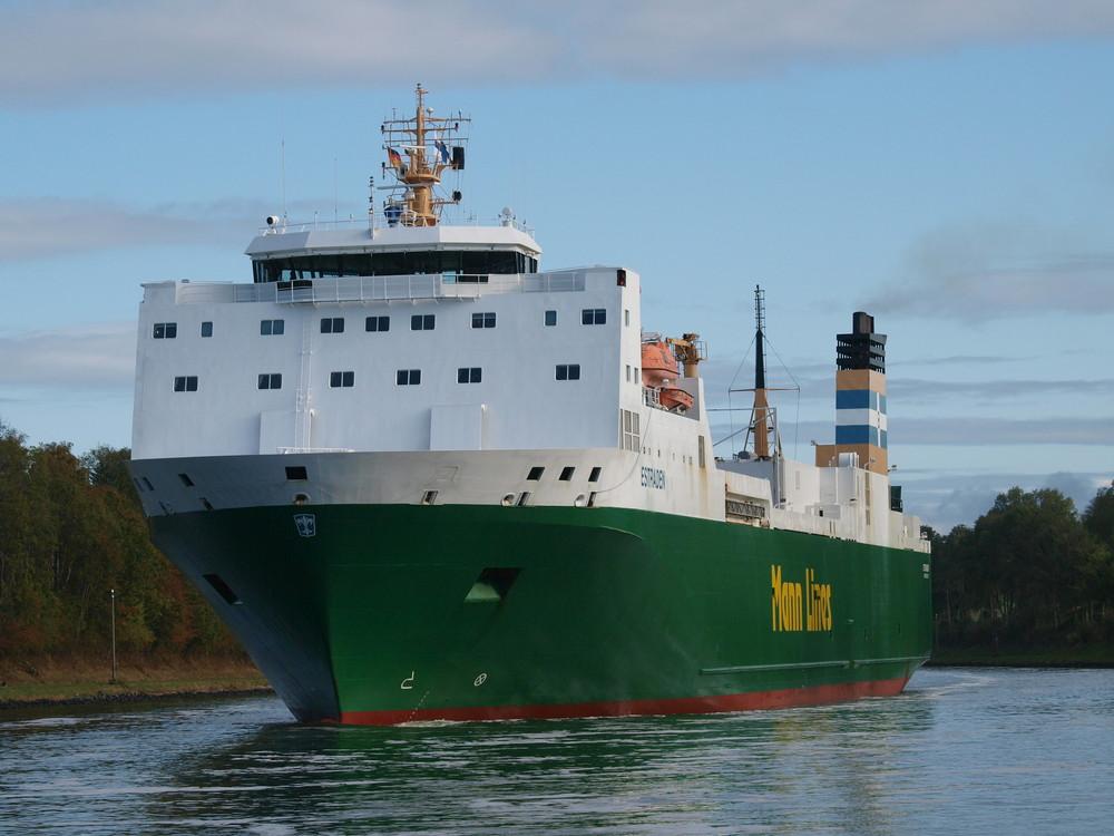 Das RORO Frachtschiff ESTRADEN auf dem Nord-Ostsee-kanal