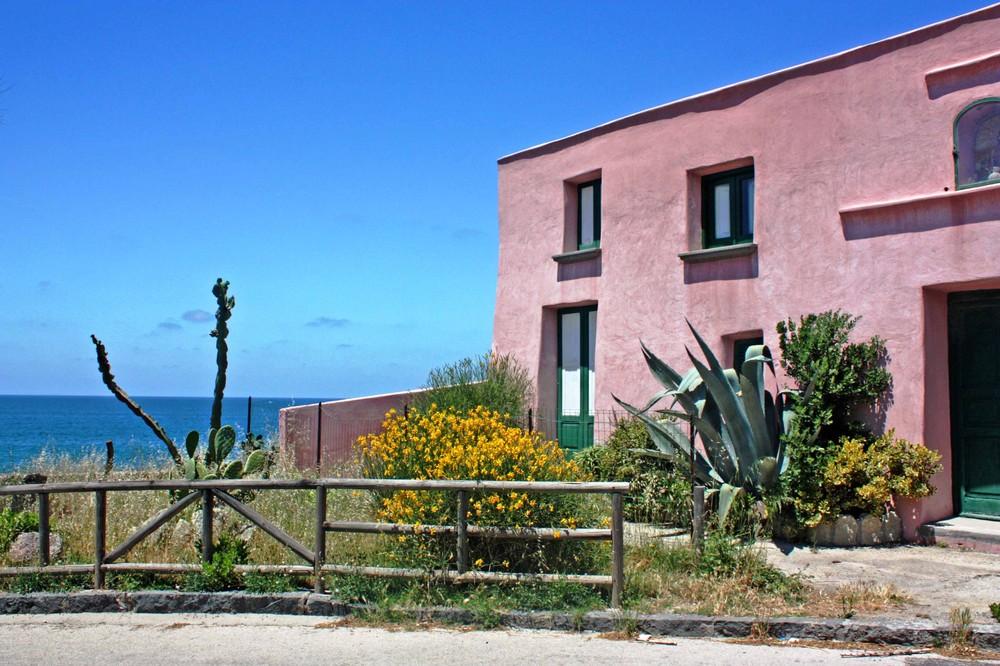 Das rosa Haus am Strand von San Francesco